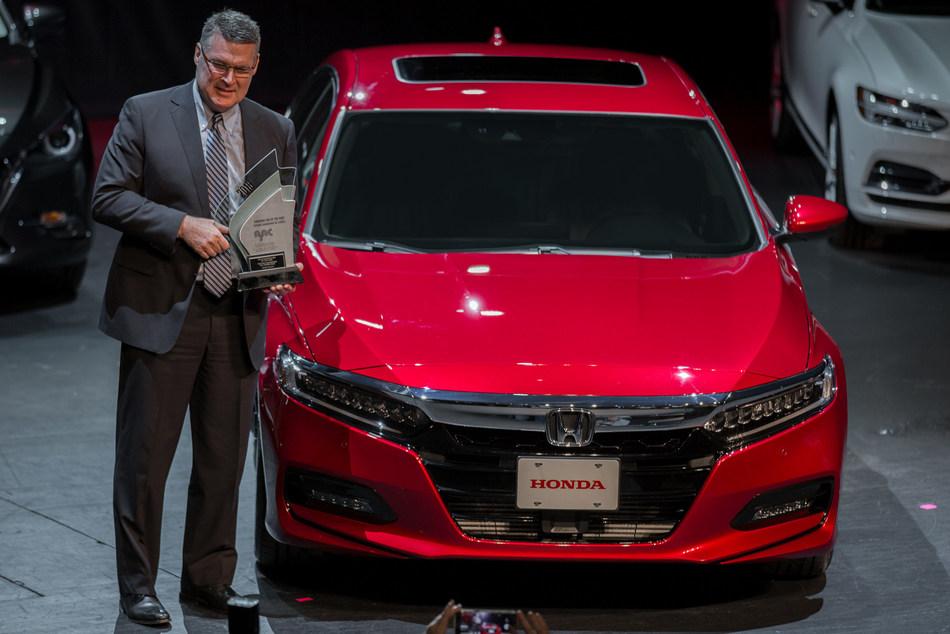 Le vice-président principal de Honda Canada, Jean Marc Leclerc, reçoit le prix Voiture de l'année de l'AJAC pour la Honda Accord 2018 au Salon international de l'auto du Canada. (Groupe CNW/Honda Canada Inc.)