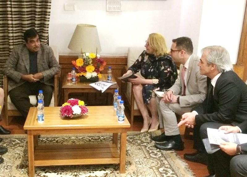 Entretien de la ministre Christine Saint-Pierre à New Delhi avec le ministre fédéral des Transports, de l'Infrastructure routière et des Affaires portuaires de l'Inde, Nitin Gadkari (Groupe CNW/Cabinet de la ministre des Relations internationales et de la Francophonie)