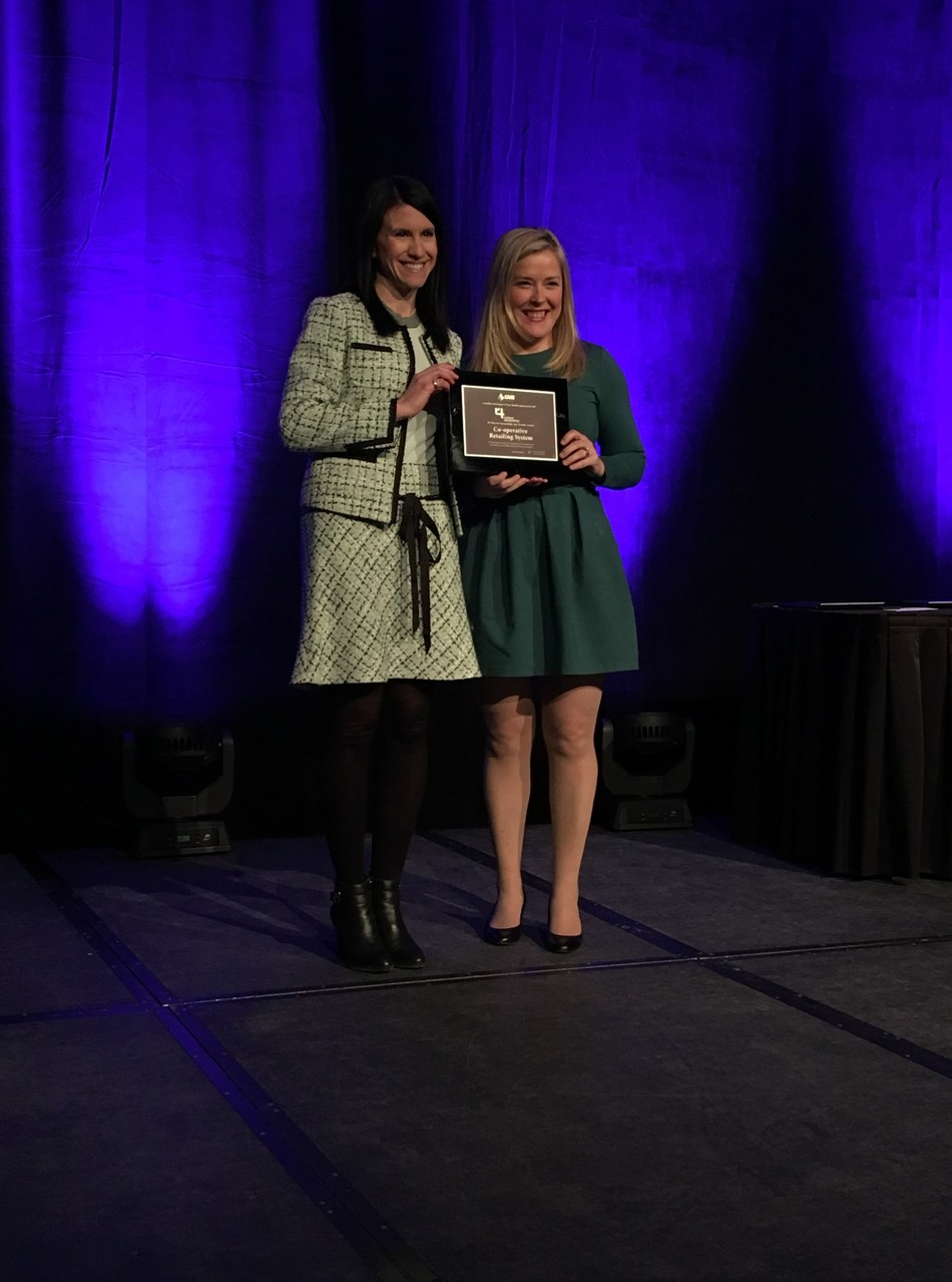 Trish Meyers, left, PAg, CCA, Knowledge and Innovation Manager at Federated Cooperatives and Co-op Retail, accepts the 2017 4R Nutrient Stewardship Agri-Retailer Award from Cassandra Cotton, Director of Sustainability at Fertilizer Canada, during the 2018 CAAR Conference in Saskatoon, SK on Feb. 14. (CNW Group/Fertilizer Canada)