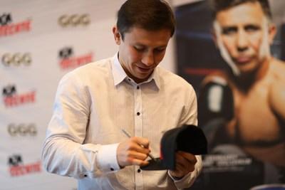 "Gennady ""GGG"" Golovkin firma un sombrero Tecate"
