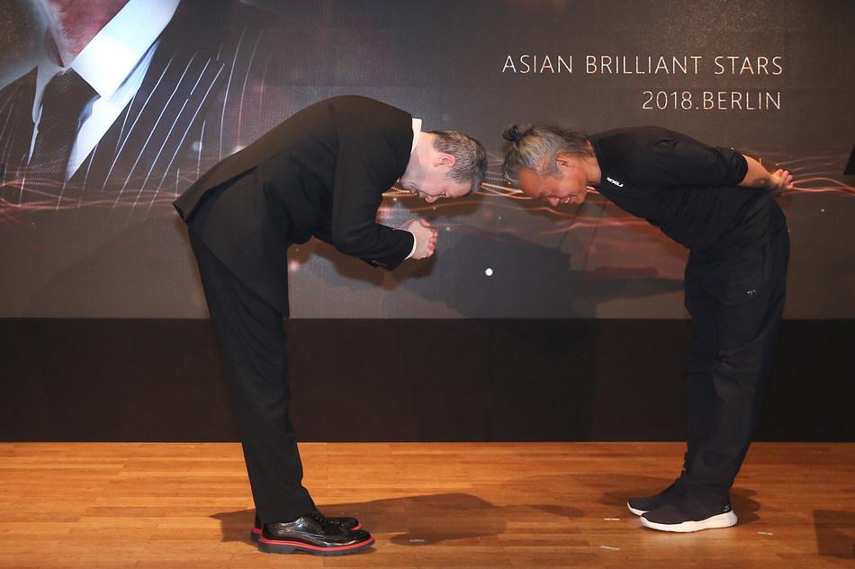 Desde la izquierda: Feng Xiaogang, Kim Ki Duk (PRNewsfoto/Asian Brilliant Stars)