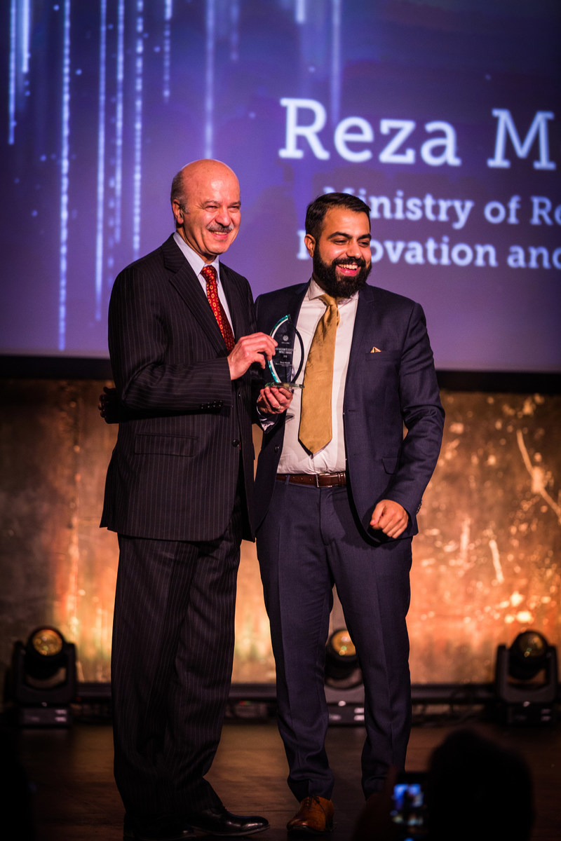 Honourable Reza Moridi, Ontario's Minister of Research Innovation and Science, receiving the UBI Global Innovation Ecosystem Impact Award (CNW Group/Ontario Centres of Excellence Inc.)