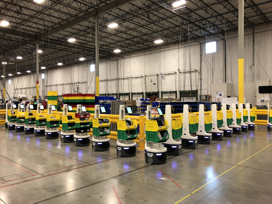 Induct and drop off queue of LocusBots in GEODIS warehouse.