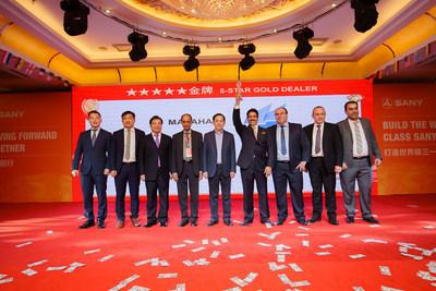 Xiang Wenbo (quinto desde la izq.) y Zhou Wanchun (tercero desde la izq.) se toman una foto con el distribuidor premiado con oro de 5 estrellas (cuarto desde la derecha) (PRNewsfoto/SANY)
