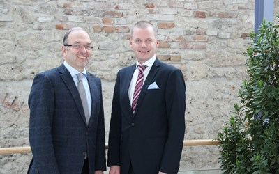 W&H President and CEO Dipl.-Ing. Peter Malata and Osstell CEO Jonas Ehinger are joining forces with the aim of further strengthening the expertise of W&H in the field of oral surgery and implantology in the future. (PRNewsfoto/W&H Dentalwerk Burmoos GmbH)