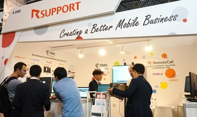 Representatives of RSUPPORT and NTT Docomo explain the 'Anshin Remote Support' at MWC2018 (PRNewsfoto/RSUPPORT Inc.)