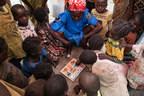 Une enseignante joue avec des enfants, dans la cours de l'espace ami des enfants du village de Ndenga, à 30 kilomètres de Kaga Bandoro, en République centrafricaine. © UNICEF/UN0149455/Sokhin (Groupe CNW/UNICEF Canada)
