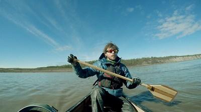 Adam Shoalts pagaye contre le puissant courant du fleuve Mackenzie, T.N.-O., deux semaines avant l'expédition transcanadienne dans l'Arctique. (Photo : Adam Shoalts) (Groupe CNW/Société géographique royale du Canada)