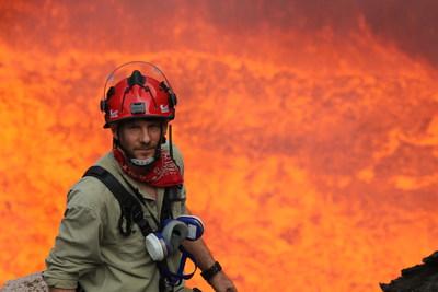 George Kourounis au bas du volcan Benbow de l'ile Ambrym au Vanuatu. (Photo : George Kourounis) (Groupe CNW/Société géographique royale du Canada)