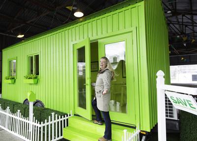 Kate Campbell, experte en rénovation, et des représentants d'Ontariovert dévoilent la maison des rabais du salon de l'habitation; une toute petite maison éconergétique sur mesure qui montre comment les propriétaires de l'Ontario peuvent réduire l'empreinte carbone de leur logement grâce aux rabais avantageux proposés à Ontariovert.ca. (Groupe CNW/Green Ontario Fund (GreenON))