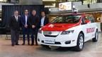 Le modèle e6 de BYD aux couleurs de Montréal. De gauche à droite sur la photo : M. Daniel Breton, ancien ministre de l'Environnement et expert-conseil en électrification des transports, M. Fabien Cuong, cofondateur de E-Taxi, M. Ted Dowling, vice-président de BYD Canada, et M. Yung Cuong, cofondateur de E-Taxi. (Groupe CNW/E-Taxi inc.)
