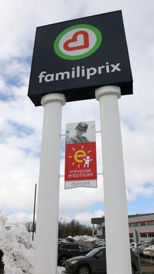Installation du logo EES (entreprise-enfant-soleil) sous l'enseigne Familiprix inc. (Groupe CNW/Familiprix)
