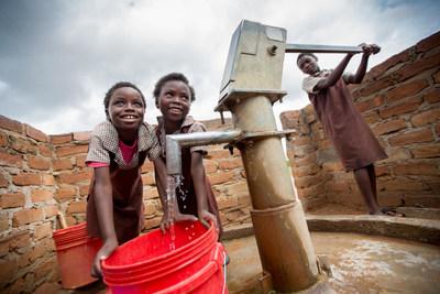 Des élèves puisent de l'eau au puit nouvellement construit de l'école primaire du district Kuzungula, dans la province du Sud, en Zambie. Novembre 2016.© UNICEF/UN0145989/Schermbrucker (Groupe CNW/UNICEF Canada)