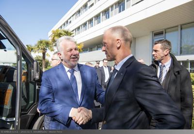 Le premier ministre du Québec, Philippe Couillard, a été accueilli pour sa première visite d'Airbus à Toulouse par Tom Enders, chef de la direction d'Airbus. (Groupe CNW/Airbus)