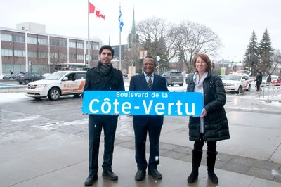 The mayor of Saint-Laurent, Alan DeSousa, with a resident of Saint-Laurent, Micheline Lefebvre, and The Head of Traffic and Transport at the Division of Technical Studies and Engineering at the Borough, Pooya Rafiee. (CNW Group/Ville de Montréal - Arrondissement de Saint-Laurent)