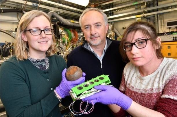 Dr Eleanor Schofield, Dr Giannantonio Cibin and Hayley Simon with iron shot and samples. (PRNewsfoto/Diamond Light Source)