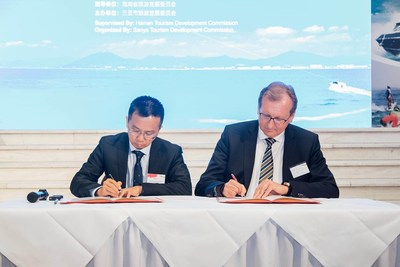 Sanya Municipal Government Deputy Secretary-General Li Wujun signs a long-term cooperation agreement with TUI Group China CEO Guido Brettschneider