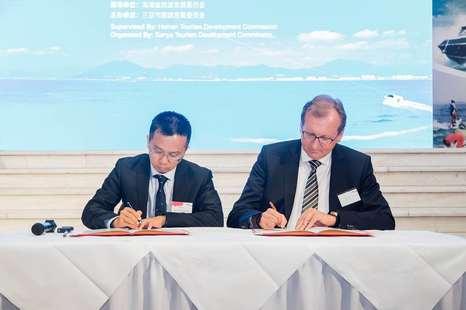 Sanya Municipal Government Deputy Secretary-General Li Wujun signs a long-term cooperation agreement with TUI Group China CEO Guido Brettschneider