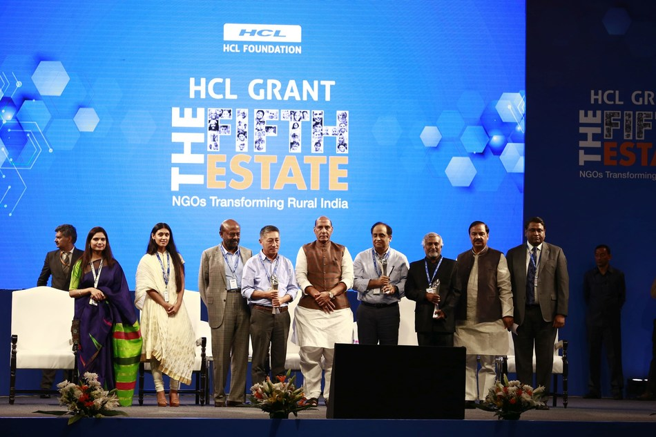 Smt. Nidhi Pundhir - Director - CSR and Head - HCL Foundation, Smt. Roshni Nadar Malhotra, CEO, HCL Corporation and Chairperson of the CSR Committee for the HCL Technologies Board, Shri Shiv Nadar, Founder & Chairman, HCL, Chief Guest Hon'ble Home Minister of India Sh. Rajnath Singh Ji, Dr. Mahesh Sharma, Hon'ble Minister of State (Independent Charge) for Culture and Minister of State for Environment, Forest and Climate Change, Government of India and Shri C Vijayakumar, President & Chief Executive Officer, HCL Technologies along with the winners of HCL Grant 2018 (PRNewsfoto/HCL Foundation)