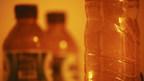 Partículas microscópicas de plástico emiten fluorescencia bajo la luz azul de una lámpara para escenarios de crímenes y se ven a través de un filtro naranja. Orb Media y los investigadores de la State University of New York in Fredonia realizaron pruebas exclusivas en más de 259 botellas de agua potable provenientes de Europa, Asia, África y las Américas y revelaron galaxias de partículas microscópicas de plástico.