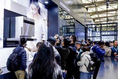 At the expo, large crowds joined the Midea's kitchen lab