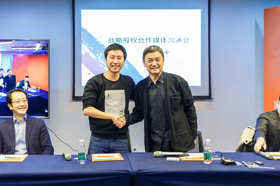 Mao Daqing, founder and Chairman of ucommune signing agreement with Wan Liushuo, founder and CEO of Woo Space in Beijing.