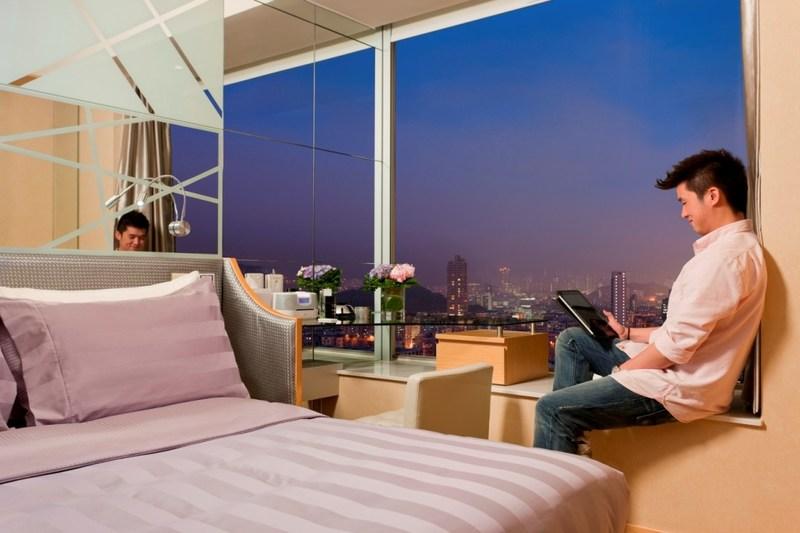 Room Executive overlooking Hong Kong's skyline