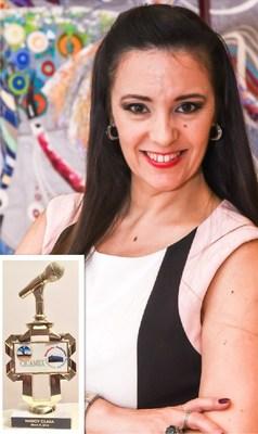 """El Locutor Leobardo Rueda entrega el premio """"Micrófono Dorado 2018"""" a la periodista Nancy Clara"""