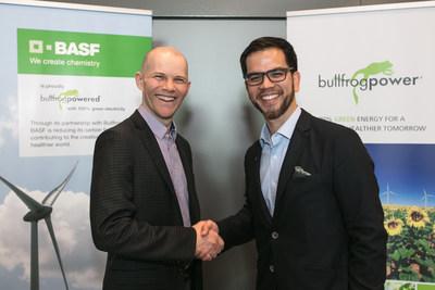 Sean Drygas (à gauche), vice-président, Finances et Développement de l'entreprise chez Bullfrog Power, et Marcelo Lu, président de BASF Canada, au Forum GLOBE 2018 à Vancouver, C.-B., célèbrent l'établissement d'un nouveau partenariat environnemental entre les deux sociétés. (Groupe CNW/Bullfrog Power)
