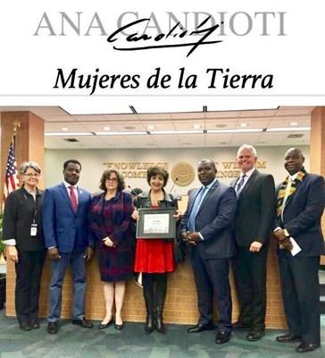 La Artista Anan Candioti, recibe del Alcalde Joseph Smith un reconocimiento como personalidad distinguida. (PRNewsfoto/www.anacandioti.com)