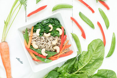 A flavorful new First Class menu will start flying this week on Alaska Airlines, including the Soba Noodles with Cashews. Warm soba noodles with sesame spinach, carrots, red peppers, carrots, and charred sugarsnap peas. Topped with cashews and toasted black sesame seeds and a traditional yakisoba sauce.