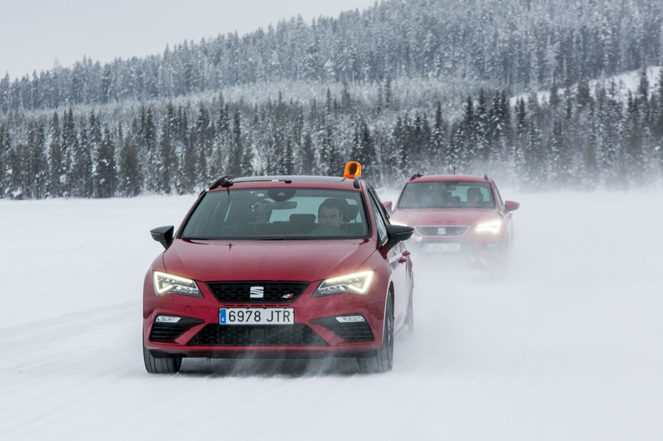 In the aspiration test the vehicle in front causes the snow to swirl, while the one behind gathers it in a measuring cylinder (PRNewsfoto/SEAT)