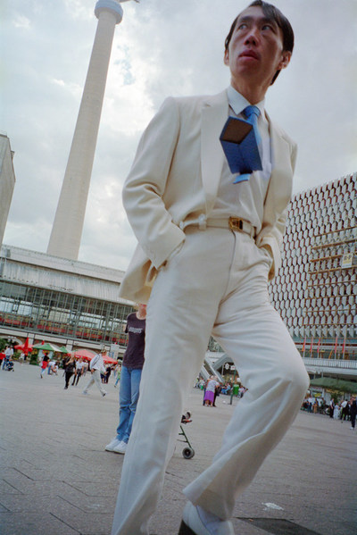 Man in White Suit, 2001, Archival Pigment Print 150 x 99 cm, Stephen Waddell (CNW Group/Scotiabank)