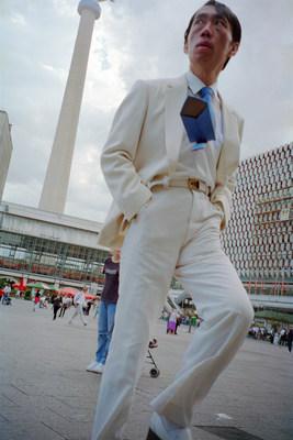 Man in White Suit, 2001, épreuve à pigments qualité archive; 150 x 99 cm — Stephen Waddell (Groupe CNW/Scotiabank)
