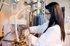 Une ingénieure chimiste effectuant des tests au Centre d'innovation d'Enerkem à Westbury, au Québec.(Groupe CNW/Enerkem Inc.)