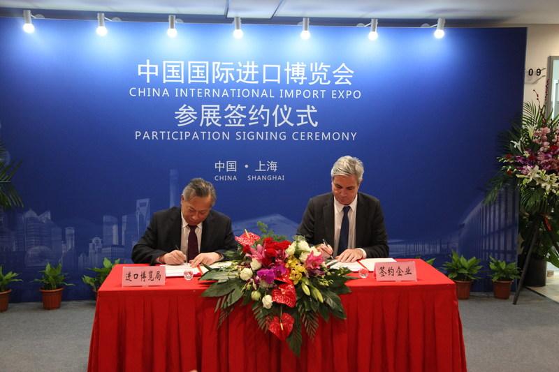 Un expositor firma un contrato de participación con el Buró de la CIIE (PRNewsfoto/China International Import Expo)