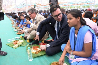 Mr. Alan Gemmell OBE, Director, British Council India is discussing with Ms. Jogita Sabar, a student of K.I.S.S during the commonwealth Big Lunch