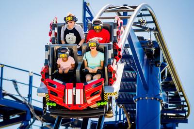 Durante la Gran Carrera LEGO, los visitantes usan cascos de realidad virtual opcionales para experimentar el punto de vista de un minipiloto de carreras LEGO en una salvaje y extravagante competencia contra un pirata, un hechicero, un surfista, un faraón y un pionero. (PRNewsfoto/LEGOLAND Florida Resort)