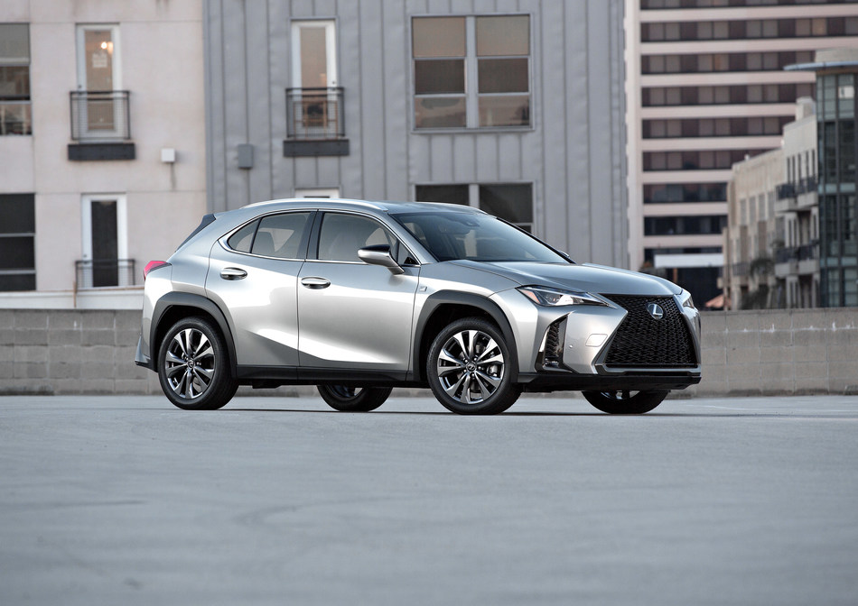 Lexus está abriendo una nueva puerta a la marca con el totalmente nuevo vehículo crossover de lujo compacto UX. Con debut en Norteamérica en la edición 2018 de la Feria Automovilística de Nueva York, el UX introduce un diseño nuevo y atrevido, nuevos y ultraeficientes sistemas de propulsión e innovadoras características de lujo.