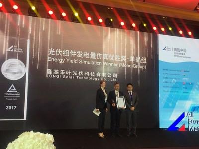 O presidente da LONGi Solar, Sr. Wenxue Li, aceita o Prêmio Simulação da Produção de Energia do Módulo Fotovoltaico, da TÜV Rheinland