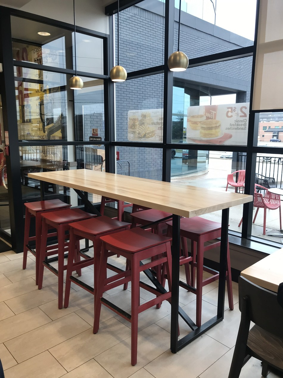 The new Welcome Image includes tables made with real Canadian Maple and communal seating. (CNW Group/Tim Hortons)