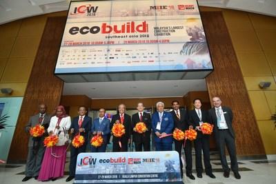 From 3rd from the left: Dato' Ir Ahmad' Asri Bin Abdul Hamid, Chief Executive of CIDB Malaysia, Dato' Sri Roslan Mohd Taha, Director General of Public Works Department, Tan Sri Dr Ir Ahmad Tajuddin Ali, Chairman of CIDB Malaysia, Dato' Sri Haji Fadillah Haji Yusof, Minister of Works Malaysia, Gen Tan Sri Dato' Seri Panglima Mohd Azumi Mohamed,Co-chairman of UBM Malaysia, M Gandhi, Group Managing Director of ASEAN Business, UBM Asia, Dato Ir Ha Tiing Tai, Deputy Managing Director of Gamuda Berhad, Alun Jones, Country General Manager of UBM Malaysia at the Opening of Ecobuild Southeast Asia 2018 (PRNewsfoto/UBM Asia (Malaysia))