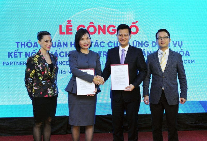 Ly Nguyen, Managing Director, Southeast Asia, of Opportunity Network (2nd from L) and Tran Cong Quynh Lan, Deputy General Director of VietinBank (3rd from L). (PRNewsfoto/Opportunity Network)