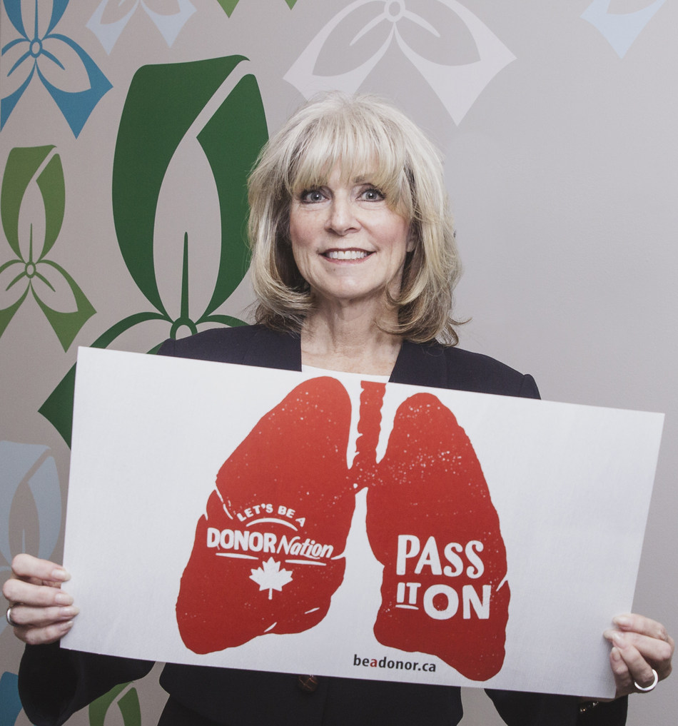 Trillium Gift of Life Network President and CEO, Ronnie Gavise, shows her support for organ and tissue donation and encourages Ontarians to join DONORnation and pass it on. (CNW Group/Trillium Gift of Life Network)