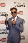 Casey Neistat avec son trophée au 6ème Streamy Awards qui honore les plus grands créateurs de la plateforme YouTube. (Groupe CNW/Influence Mtl)