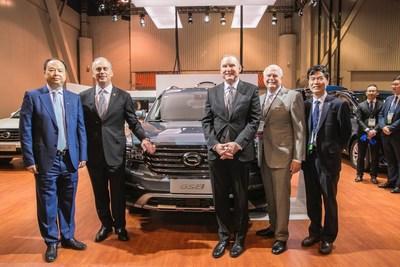 Yu Jun, presidente de GAC Motor; Mark Scarpelli, presidente de la Junta Directiva de la NADA; Wes Lutz, vicepresidente de la Junta Directiva de la NADA; Peter Welch, presidente y director ejecutivo de la NADA; Ju Jinhai, presidente asistente de GAC Motor (PRNewsfoto/GAC Motor)