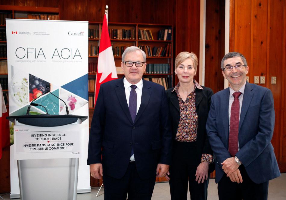 Lawrence MacAulay, ministre de l'Agriculture et de l'Agroalimentaire, avec Anna-Mary Schmidt et André Levesque de l'ACIA au Centre pour la protection des végétaux à Sidney (Colombie-Britannique) (Groupe CNW/Agence canadienne d'inspection des aliments)