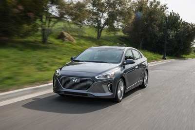l 39 ioniq hybride de hyundai remporte le titre de la voiture cologique 2018 au canada lors de. Black Bedroom Furniture Sets. Home Design Ideas