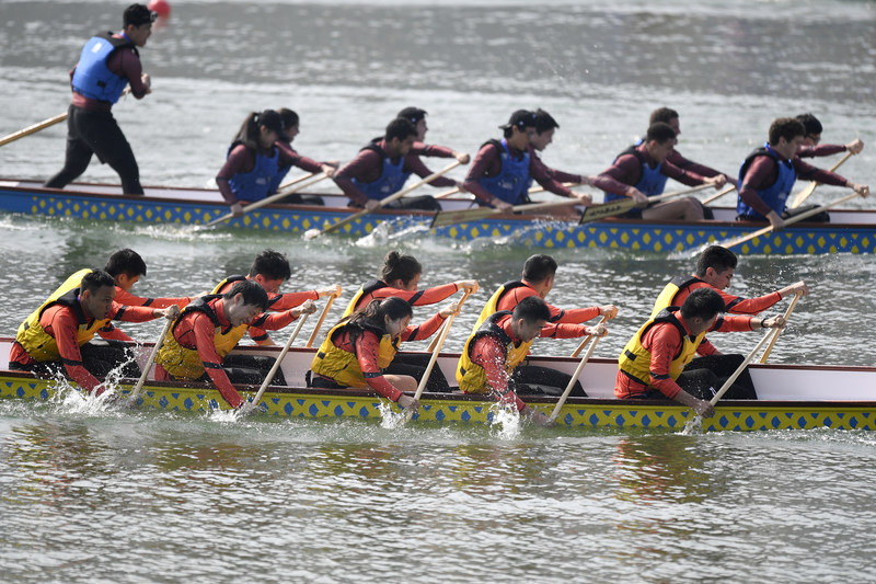The picture shows the site of the first International Elite University Dragon Boat Championship organized by Zhejiang University.