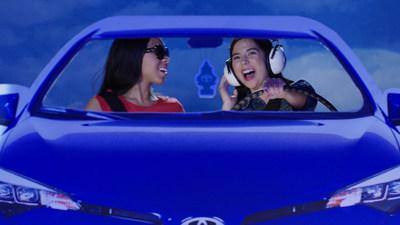 Los ganadores del gran premio de 2017, Emi O. y Summer K. de Millington, Tennessee, concibieron un conjunto diverso de elementos de conducción segura que comunicaron consejos de conducción vitales.